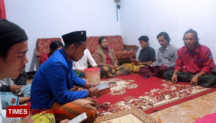 Rawat Tradisi Amalan NU, BEM Unisma Malang Ikuti Tahlilan Bersama Masyarakat